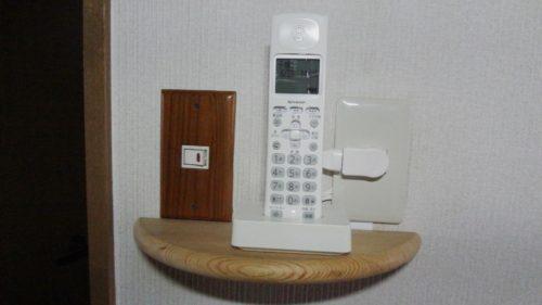 壁掛けインターフォンの跡を利用し電話機子機を設置した。