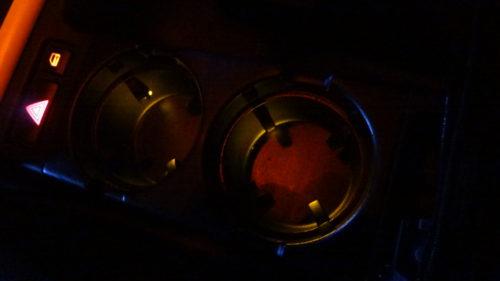夜暗いドリンクホルダーと小物入れに自作イルミネーション。
