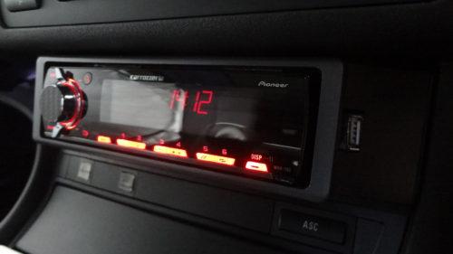 今どきのクルマになった!?BMW E46 ツーリングの小物入れにUSBが使えるオーディオデッキを装着。