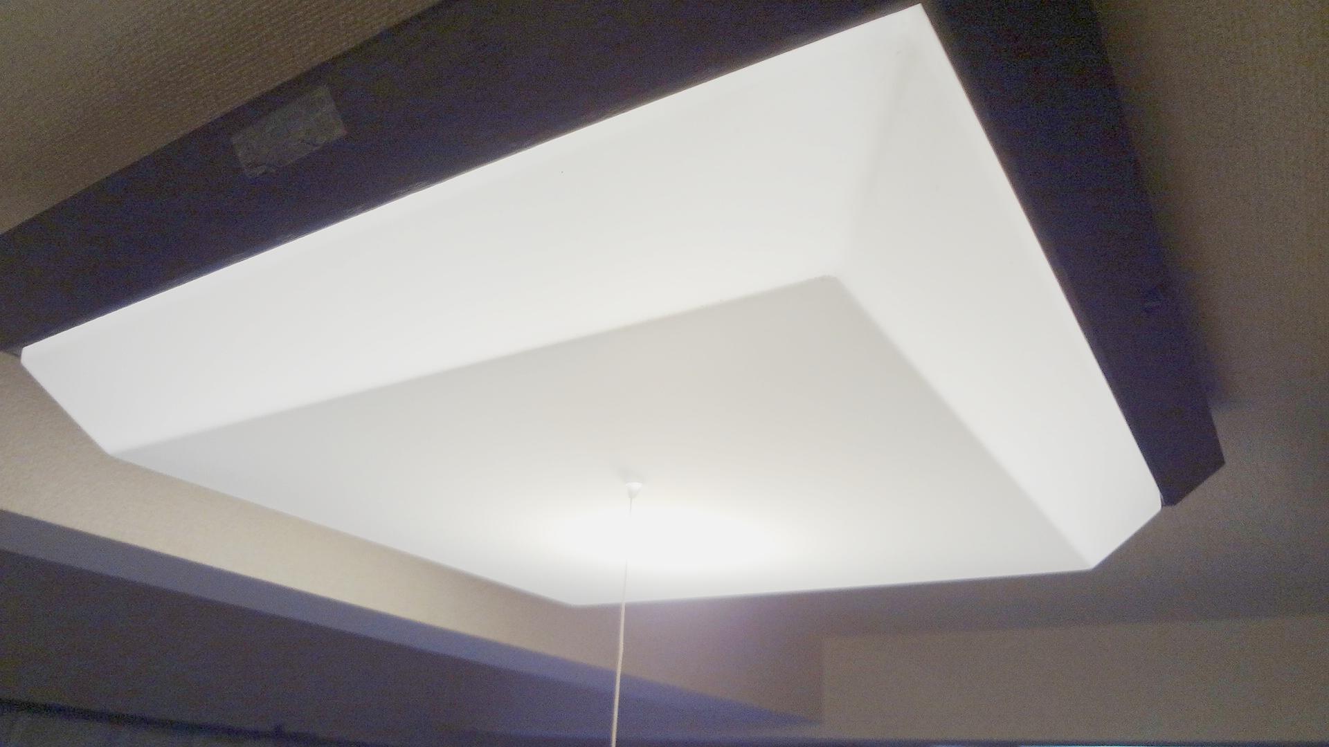 LED電球を使って、天井直付け照明器具をLEDに改造できた。