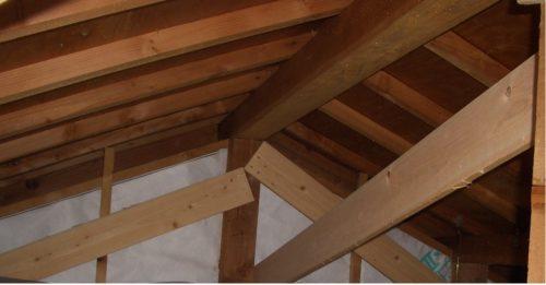 かんたんに、強烈な暴風3階の微妙な揺れを、屋根裏に桁行筋交を追加して抑える方法。