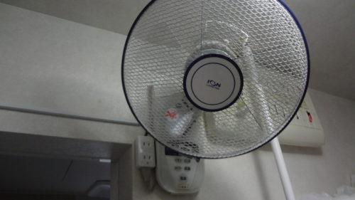 かんたんに出来た。洗面室で使うために要らなくなったリビング扇風機を壁掛けに改造。