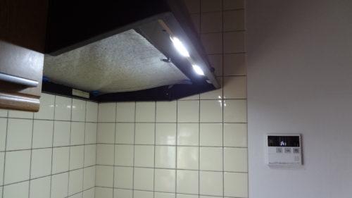 照明がない換気扇フードにLED照明でクッキングヒーターを明るく。