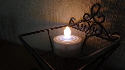 眠っていたキャンドル風LEDライトをインテリア灯に変身。電池式をACアダプタ化、置き場所にコンセント増設。