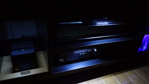 テレビボードにダークなLEDイルミネーション